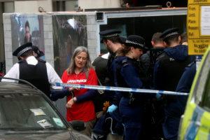Βρετανία: Ακτιβιστές απέκλεισαν τις εισόδους στα κεντρικά γραφεία της BP [pics]