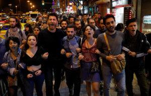Κωνσταντινούπολη: Διαμαρτυρίες με κατσαρόλες για την ακύρωση των εκλογών – Σόου από Ιμάμογλου [video, pics]