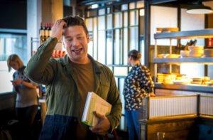 Jamie Oliver: Καταρρέουν τα εστιατόρια του διάσημου σεφ! Πάνω από 1.000 θα μείνουν άνεργοι!