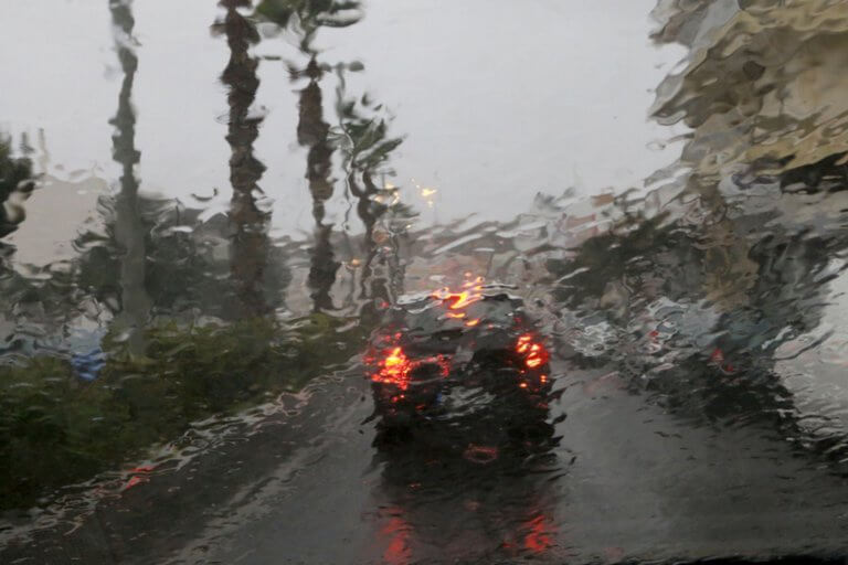 """Καιρός σήμερα: Κακοκαιρία με βροχές, μπόρες και χαλάζι – """"Βουτάει"""" η θερμοκρασία!"""