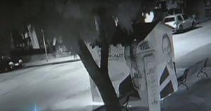 Γλυφάδα: Έκαψαν εκλογικό περίπτερο της ΝΔ – Καρέ καρέ ο εμπρησμός! Video