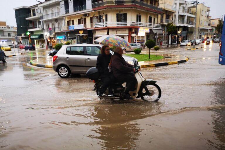 """Ο καιρός σήμερα: Πέφτουν βροχές, καταιγίδες, χαλάζι – """"Κερασάκι""""… σκόνη!"""