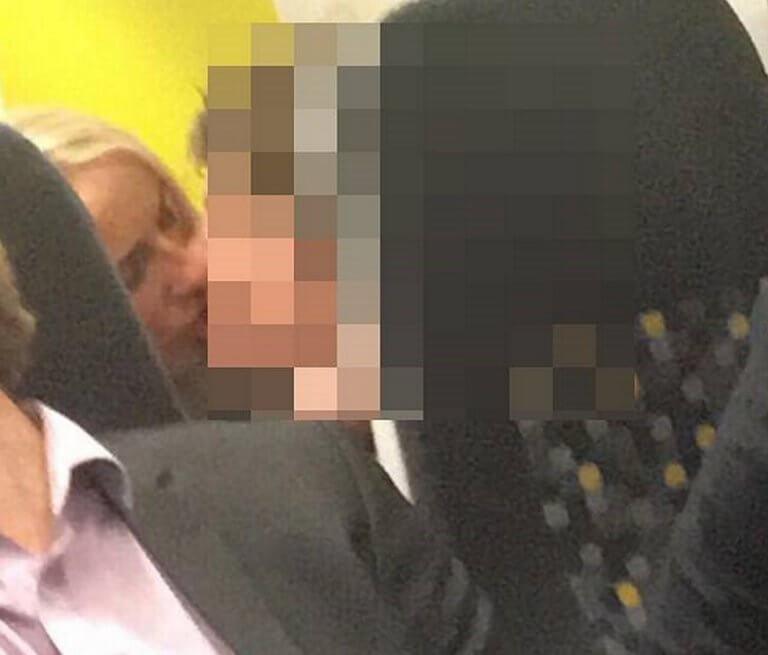 Καθηγήτρια στα πόδια μαθητή, τον φιλά με πάθος! Σάλος στην Αγγλία!