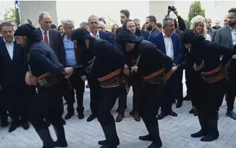 Κοζάνη: Εκπληκτικός ποντιακός χορός μπροστά στον Αλέξη Τσίπρα – Η αντίδραση του πρωθυπουργού – video