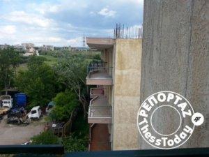 Η αλήθεια πίσω από τα αναποδογυρισμένα αυτοκίνητα στις πιλοτές της Θεσσαλονίκης