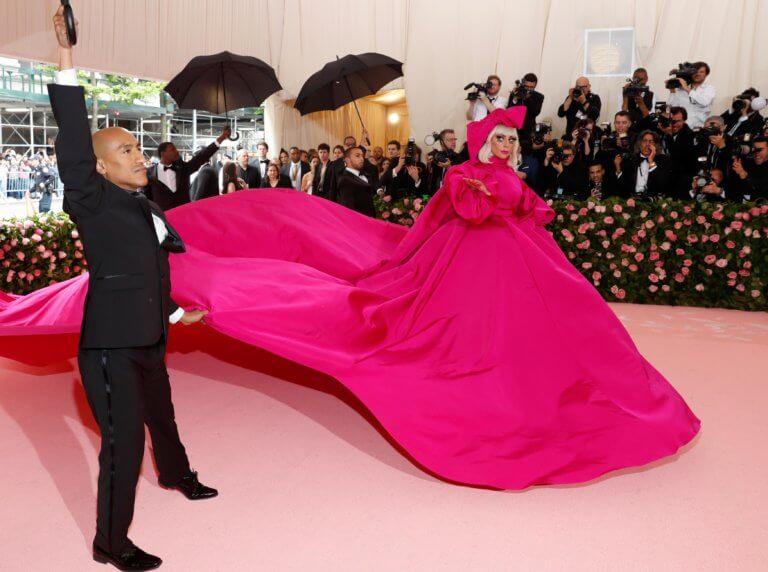 Η Lady Gaga πήγε στο Met Gala ντυμένη αλλά έφυγε γυμνή! (ΦΩΤΟ-VIDEO)