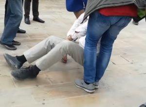 Λευκάδα: Η στιγμή που σέρνουν διαδηλωτή για να μην πλησιάσει τον Αλέξη Τσίπρα – video