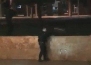 Θεσσαλονίκη: Πανικός στον Λευκό Πύργο – Η στιγμή που αστυνομικοί ακινητοποιούν άντρα με ψεύτικο όπλο – video