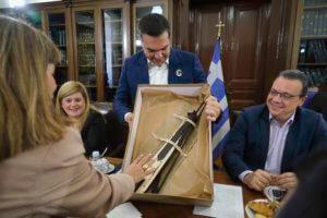 Θεσσαλονίκη: Τα δώρα Ποντίων στον Αλέξη Τσίπρα – Η λύρα, η κονκάρδα και η εικόνα [pics]