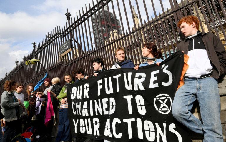 Λονδίνο: Ανήλικοι διαδηλωτές δέθηκαν στα κάγκελα του Βρετανικού Κοινοβουλίου [pics]