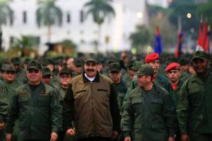 """Κάλεσμα Μαδούρο στον στρατό να """"αγωνιστεί εναντίον όλων των πραξικοπηματιών"""""""