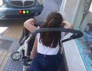Σέρρες: Η φωτογραφία που προβληματίζει – Μια μάνα εγκλωβισμένη στην ασυνειδησία [pics]