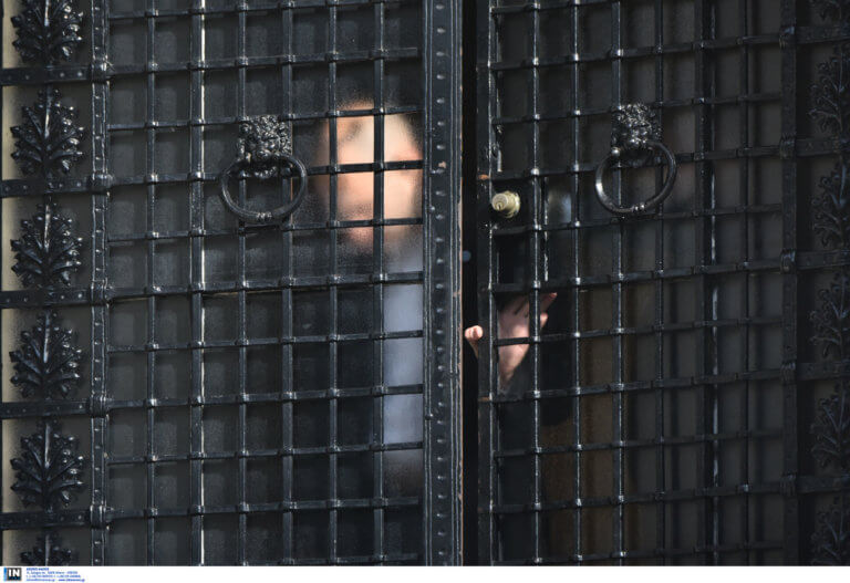 Καταδικάζει «απερίφραστα» και το Μαξίμου την επίθεση Ρουβίκωνα στην Βουλή