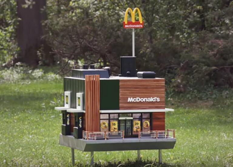 Το μικρότερο McDonald's στον κόσμο λέγεται McHive και είναι για… μέλισσες