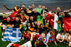 Πήρε το τουρκικό πρωτάθλημα και σήκωσε την ελληνική σημαία ο Μήτρογλου! Επεισόδια στο ντέρμπι τίτλου [pics]