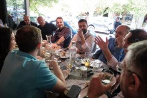 Καφεδάκι και… μεζέδες στο Παγκράτι ο Κυριάκος Μητσοτάκης με τους δημοσιογράφους