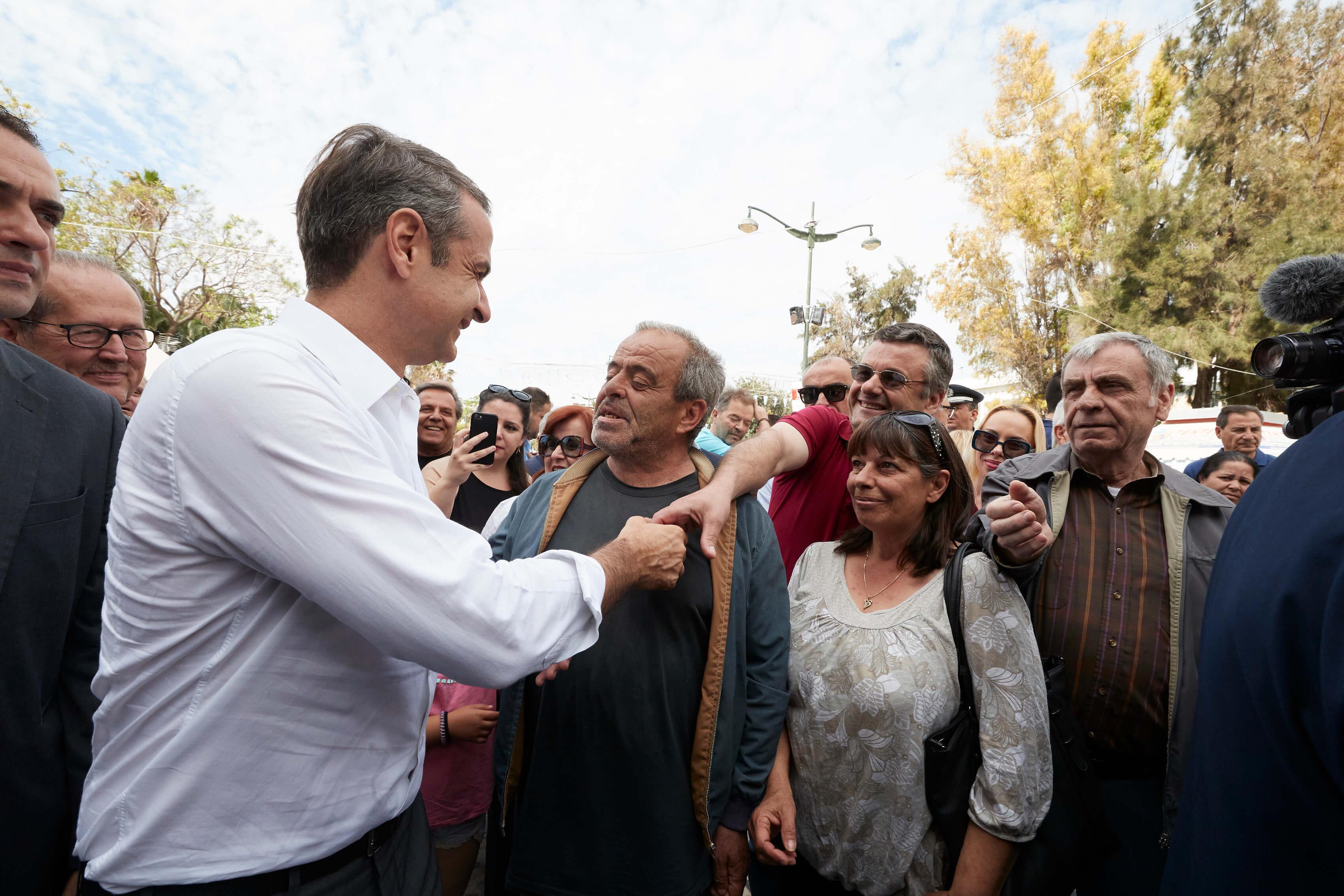 «Σίγουρος πρωθυπουργός είσαι» - Η ατάκα στον Μητσοτάκη – Βόλτα στην Κόρινθο με τη Μαρέβα και υπόσχεση: «Θα είμαι πρωθυπουργός όλων»