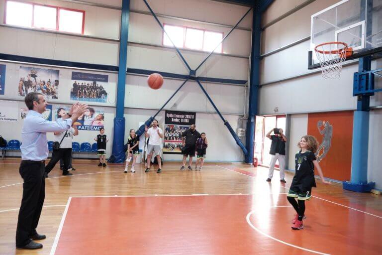 Μητσοτάκης: Έπαιξε μπάσκετ με τον… Αλέξη! Επίθεση στον Τσίπρα από την Παιανία