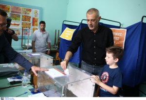 Εκλογές 2019: Ψήφισε μαζί με τα παιδιά του ο Γιάννης Μώραλης