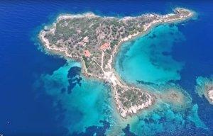 Χαλκιδική: Τα άγνωστα τιρκουάζ νησάκια που μαγεύουν – Κρυφά θέρετρα με διπλές παραλίες [video]