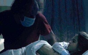 Μικρή Μαντλίν: Ο άνδρας με την χειρουργική μάσκα που ξάπλωνε δίπλα σε μικρά παιδιά
