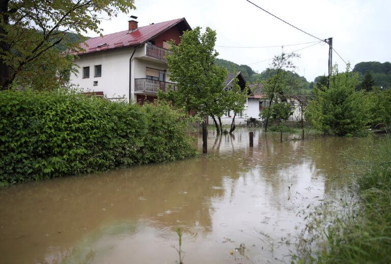Βοσνία: Σε κατάσταση έκτακτης ανάγκης η χώρα – «Σαρώνε黨τα πάντα η σφοδρή κακοκαιρία