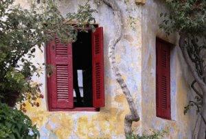 Εύβοια: Από τη μία πόρτα έμπαιναν οι διαρρήκτες και από την άλλη το έσκαγε η έντρομη ιδιοκτήτρια!