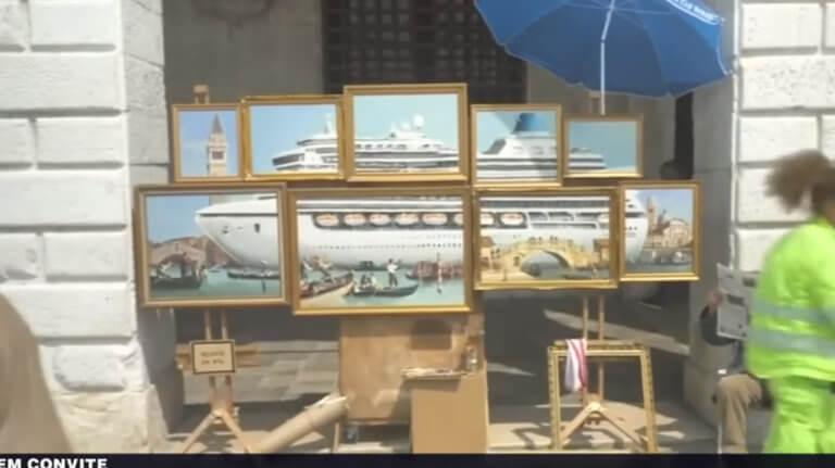 Προσπερνούσαν τον πλανόδιο με τους πίνακες – Δεν φαντάζονταν ποιος είναι στην πραγματικότητα – video