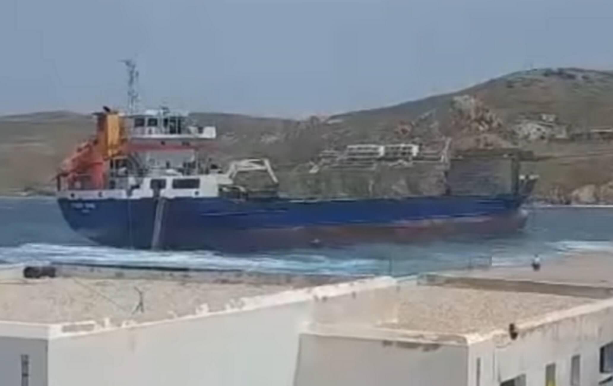 Σέριφος: Έσπασαν οι κάβοι λόγω των θυελλωδών ανέμων – Στον άερα η σκάλα επιβίβασης – video