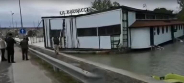 Ιταλία: Ισχυροί άνεμοι παρέσυραν πλωτό εστιατόριο! Video
