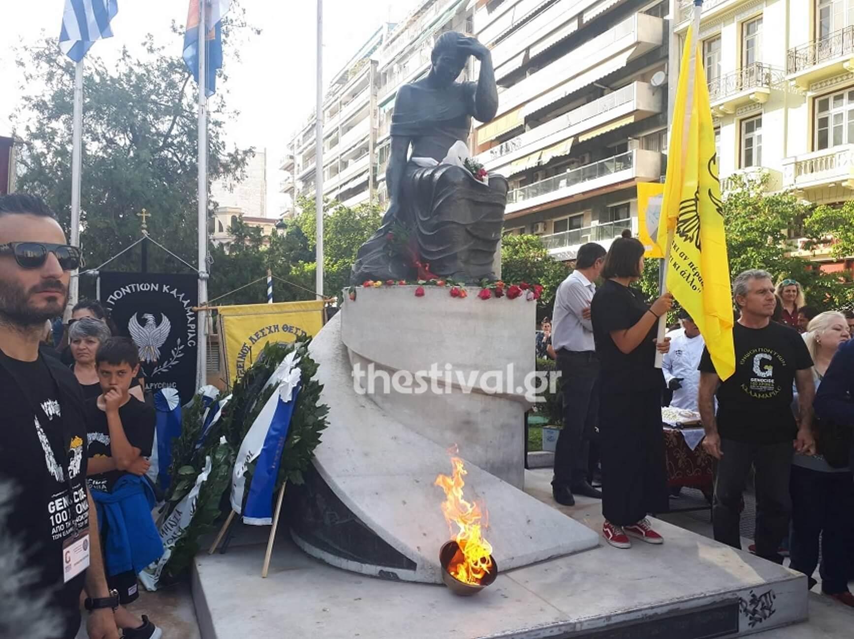 """Γενοκτονία Ποντίων: Έφτασε η """"φλόγα του Πόντου"""" – Συγκίνηση στην πλατεία Αγίας Σοφίας [pics, video]"""