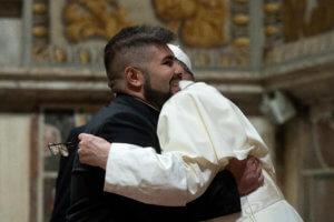 Βατικανό: Ο Πάπας Φραγκίσκος «αγκαλιάζει» μια κυνηγημένη οικογένεια Ρομά!