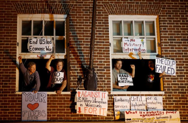 ΗΠΑ: Απομακρύνονται οι ακτιβιστές που είχαν καταλάβει την πρεσβεία της Βενεζουέλας [pics]