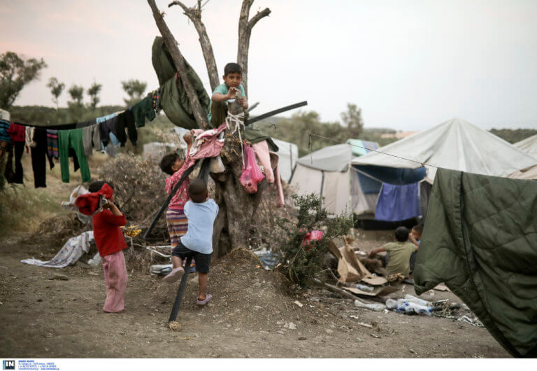 """""""Κίτρινη κάρτα"""" στην κυβέρνηση για τα ασυνόδευτα προσφυγόπουλα"""