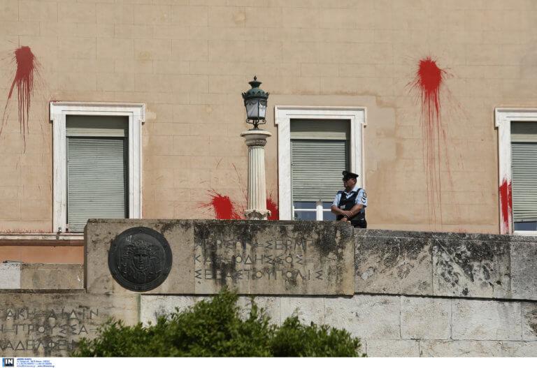 Ρουβίκωνας: Βίντεο ντοκουμέντο από την καταδρομική επίθεση στη Βουλή!