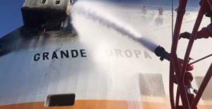 Φωτιά σε φορτηγό πλοίο στη Μαγιόρκα – Μεταφέρει 1.843 οχήματα