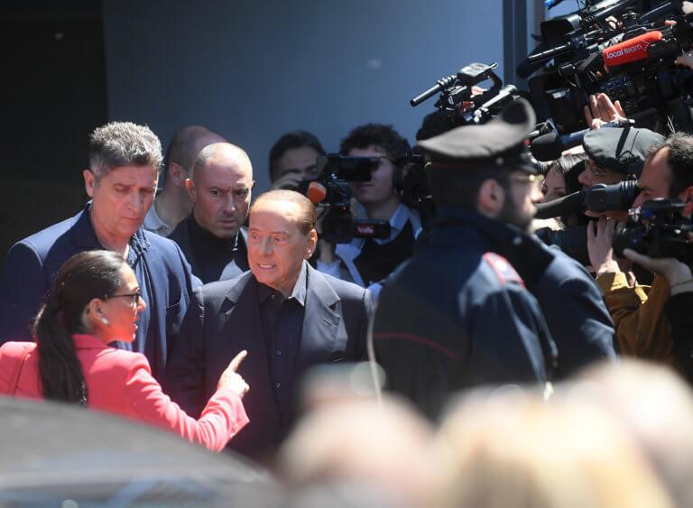 Μπερλουσκόνι: Βγήκε από το νοσοκομείο και ετοιμάζεται για τις ευρωεκλογές