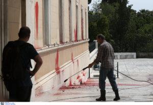 ΣΥΡΙΖΑ καταδικάζει τις μπογιές του Ρουβίκωνα με… 43 λέξεις