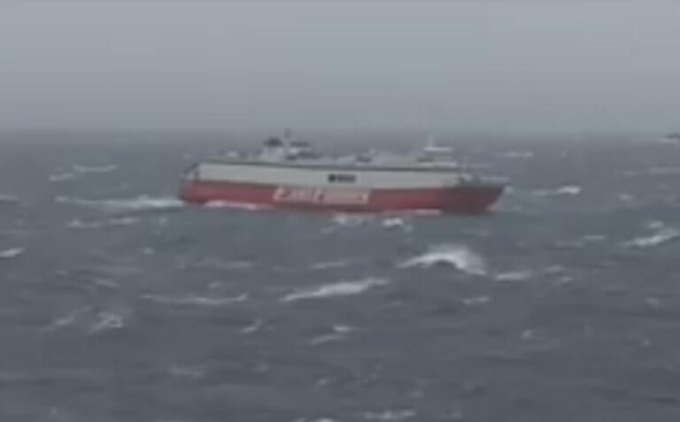 Τήνος: Η μάχη του πλοίου «Θεολόγος» με τα μανιασμένα κύματα – Το φινάλε της περιπέτειας – video
