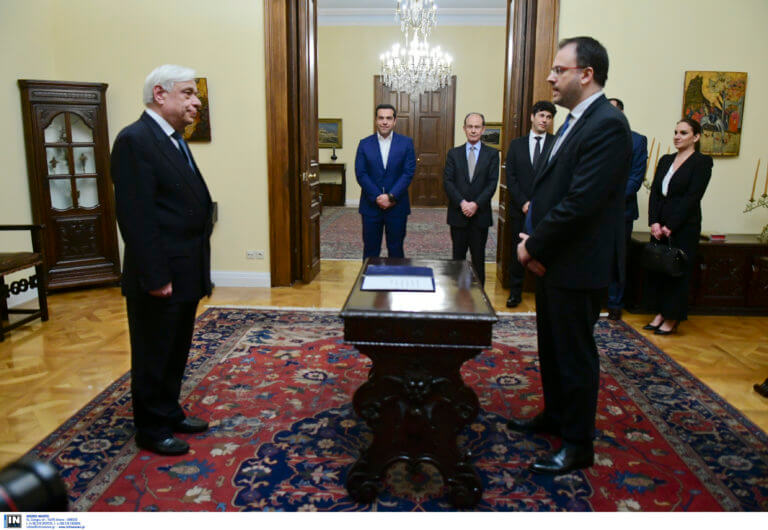 Θανάσης Θεοχαρόπουλος: Ο άνθρωπος που ασκούσε… αντιπολίτευση, ορκίστηκε υπουργός Τουρισμού