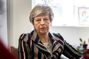Brexit: Η Μέι δέχεται πιέσεις να διακόψει τις συνομιλίες με τους Εργατικούς