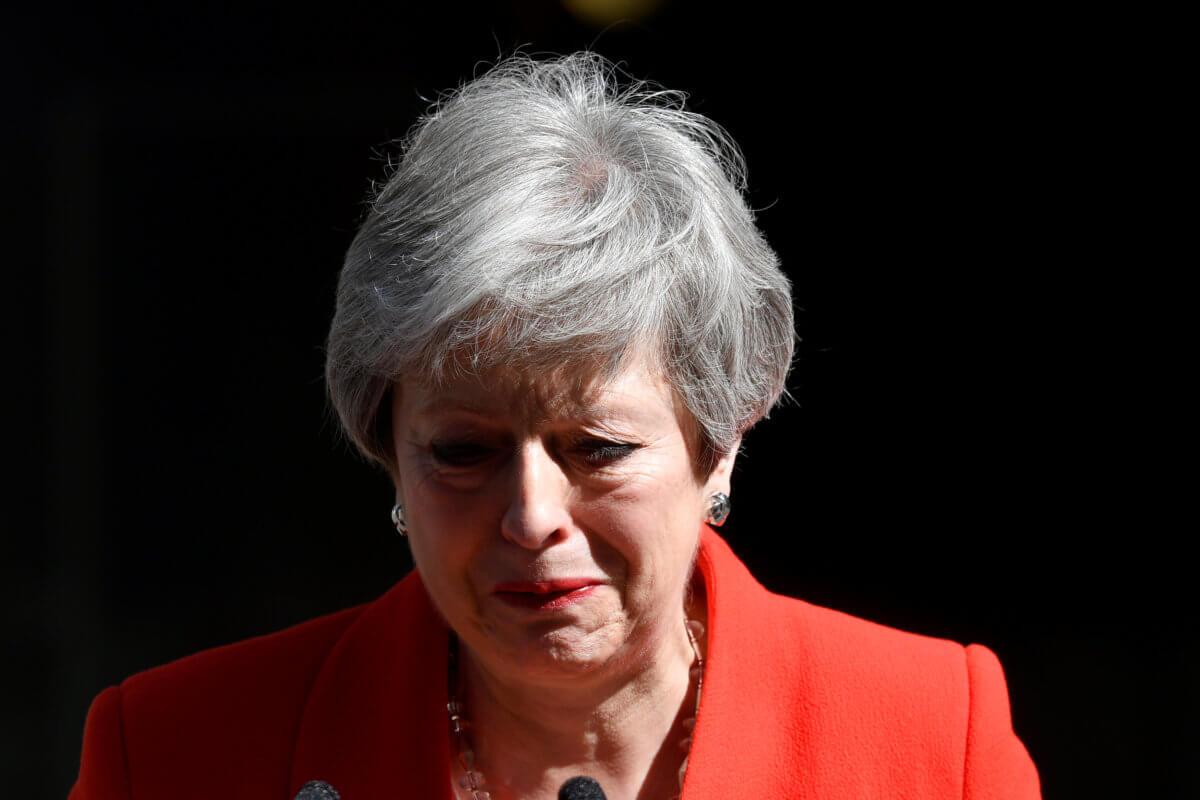 Ήταν απαίτηση, έγινε πράξη - Παραιτήθηκε η Τερέζα Μέι - Μένει στην πρωθυπουργία έως τις 7 Ιουνίου - Αποχώρησε με κλάματα...