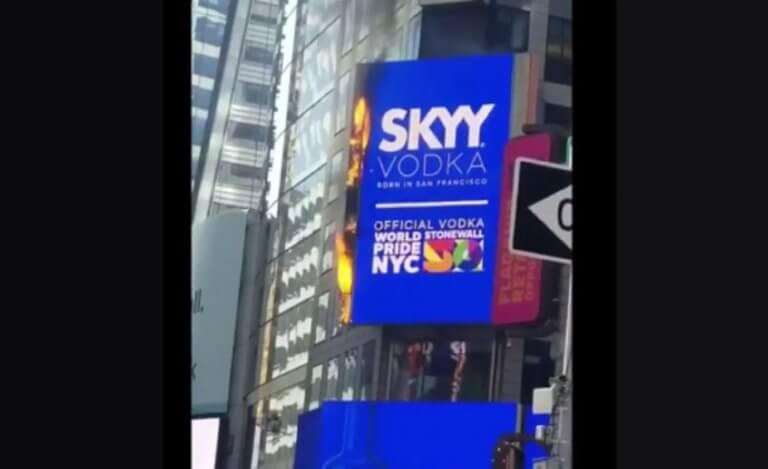 Στις φλόγες μια τεράστια διαφημιστική πινακίδα στην Times Square στη Νέα Υόρκη – video