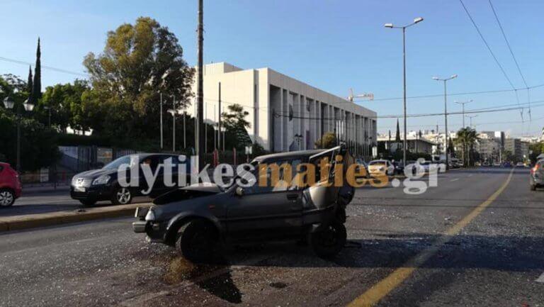Καραμπόλα στη Βασιλίσσης Σοφίας – Λαμαρίνες έγιναν τρία αυτοκίνητα και μια μηχανή! Τρεις τραυματίες