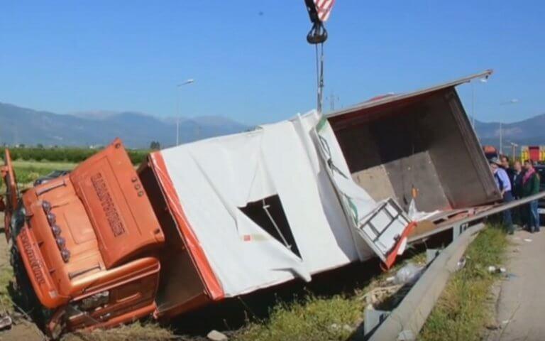 Αργολίδα: Εφιάλτης στο τιμόνι για οδηγό νταλίκας – Έχασε τον έλεγχο και βρέθηκε σε χωράφι – video