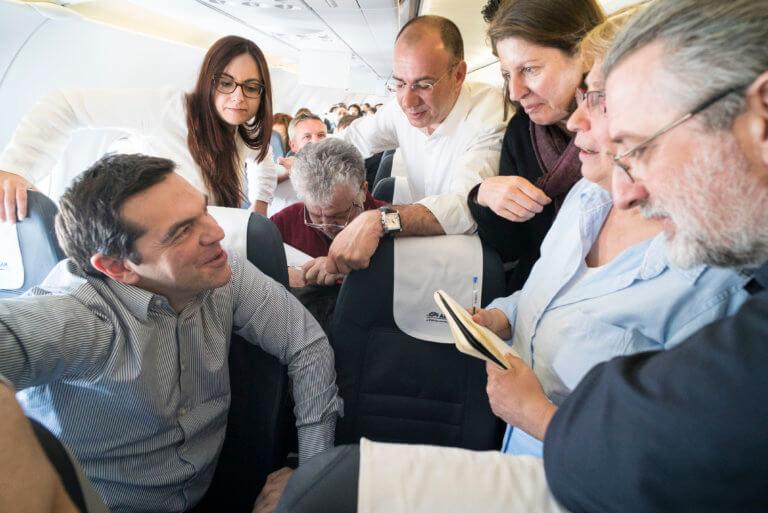 Με συμβατική πτήση στα Γιάννινα ο Αλέξης Τσίπρας –  Χαμός για μια φωτογραφία