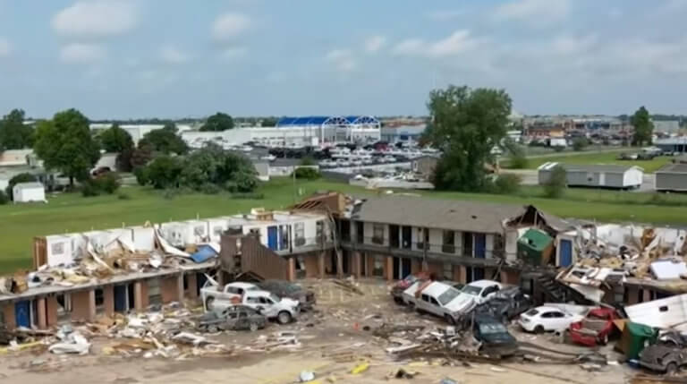ΗΠΑ: Ένας νεκρός και 35 τραυματίες από τους φονικούς ανεμοστρόβιλους – video