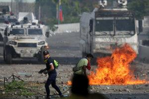 Βενεζουέλα: Πρωτομαγιάτικο… ξύλο! Νέες συγκρούσεις στο Καράκας! video