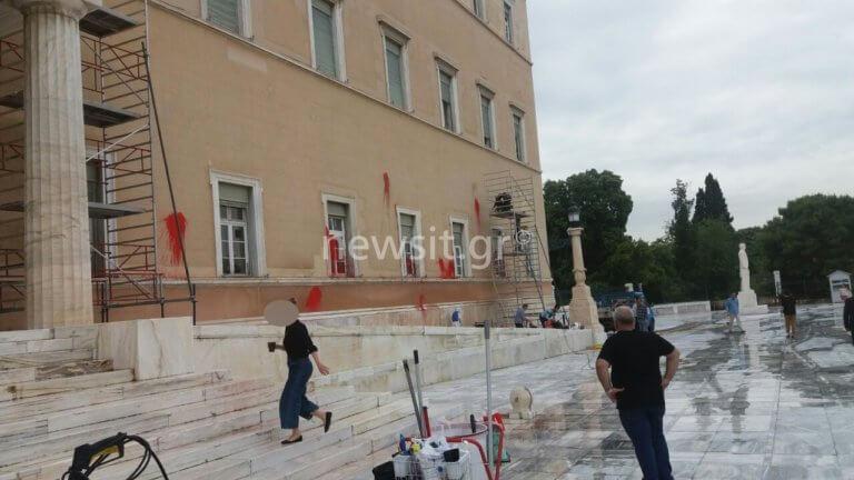 Φασίνα στην Βουλή για να καθαρίσουν τις μπογιές του Ρουβίκωνα [pics]