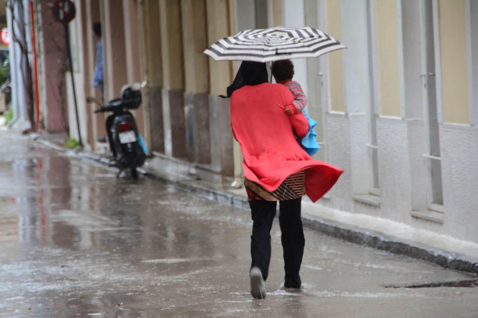 Με ομπρέλα και σήμερα! Ισχυρές καταιγίδες και χαλάζι - Πού θα χτυπήσει η κακοκαιρία